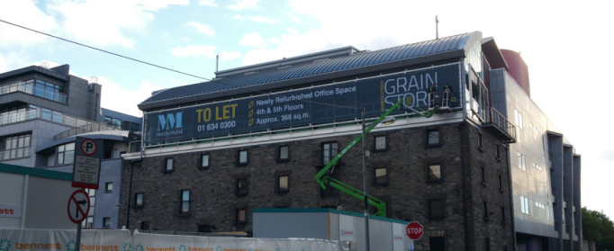 30 metre mesh banner being fitted to building in Dublin city